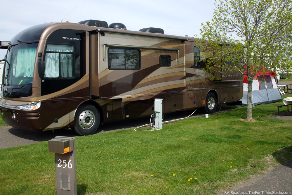 Fleetwood motorhome with slideouts at the csite. notice the